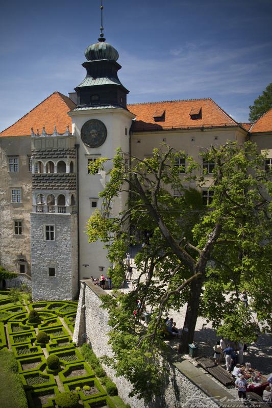 Pieskowa Skała, Zamek. Widok z kawiarni ulokowanej w baszcie na ogrody w stylu angielskim i sam zamek.